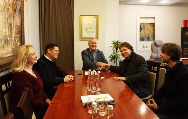 Фішер-Діскау зустрічається з директором та керівним складом Львівської Національної опери під керівництвом генерального директора Василя Вовкуна. Ентузіазм з обох сторін …